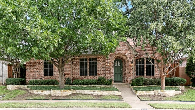 Photo 1 of 27 - 2432 Bedford Cir, Bedford, TX 76021
