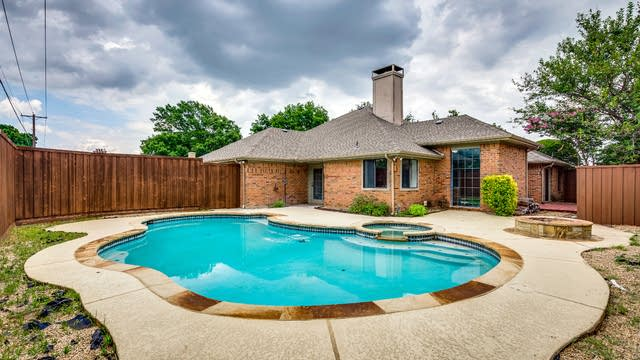 Photo 1 of 32 - 2805 Cross Bend Rd, Plano, TX 75023