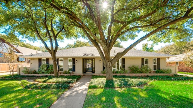 Photo 1 of 28 - 4402 Woodridge Dr, Arlington, TX 76013