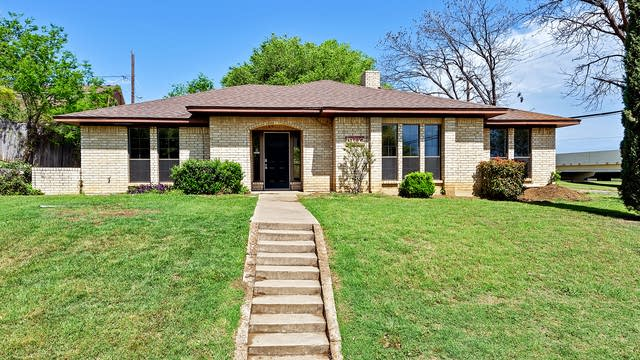 Photo 1 of 28 - 1902 N Arbor Rose Dr, Grand Prairie, TX 75050