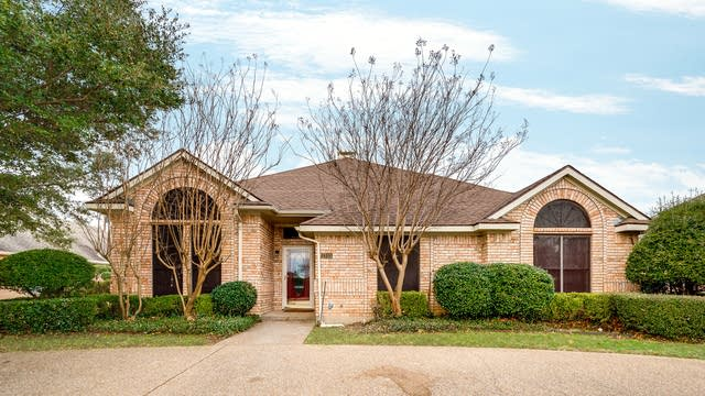 Photo 1 of 30 - 1313 Primrose Ln, DeSoto, TX 75115