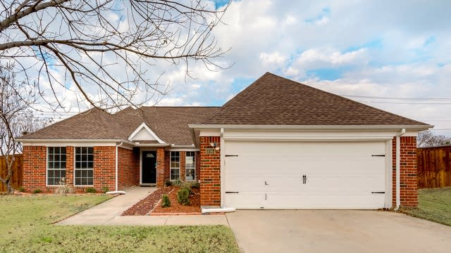 Photo 1 of 27 - 10164 Fieldcrest Dr, Benbrook, TX 76126