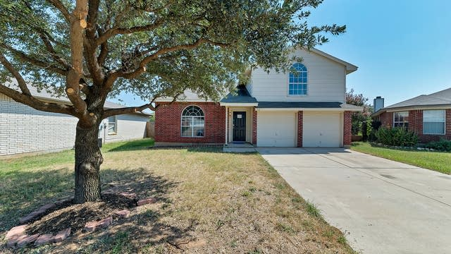 Photo 1 of 28 - 8141 Dripping Springs Dr, Fort Worth, TX 76134