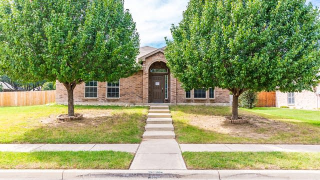 Photo 1 of 30 - 601 Tracy Dr, Azle, TX 76020