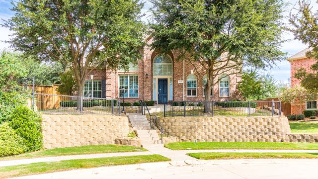 Photo 1 of 38 - 9012 Woodway Dr, Irving, TX 75063
