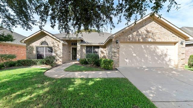 Photo 1 of 28 - 2225 Park Hurst Dr, Arlington, TX 76001