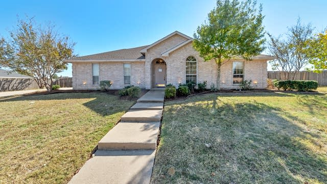 Photo 1 of 28 - 940 High Point Dr, Midlothian, TX 76065