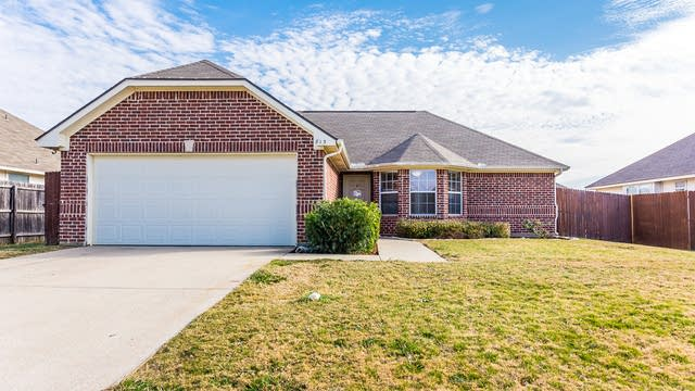 Photo 1 of 25 - 813 Greenview Ct, Aubrey, TX 76227