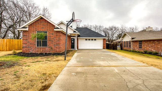 Photo 1 of 24 - 224 Leuty St, Justin, TX 76247