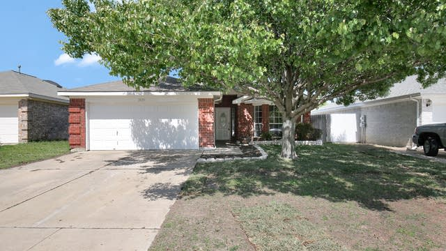 Photo 1 of 24 - 1829 Overland St, Fort Worth, TX 76131