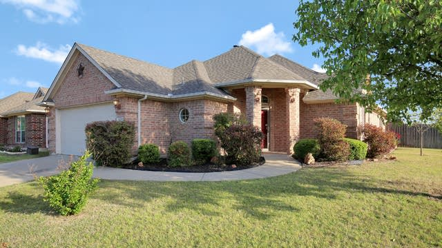 Photo 1 of 26 - 9029 River Falls Dr, Fort Worth, TX 76118