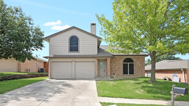 Photo 1 of 25 - 10605 Cobblestone Dr, Benbrook, TX 76126