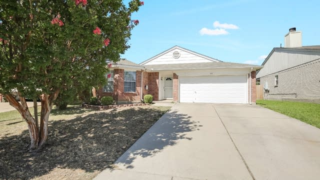 Photo 1 of 26 - 517 Hollyberry Dr, Mansfield, TX 76063