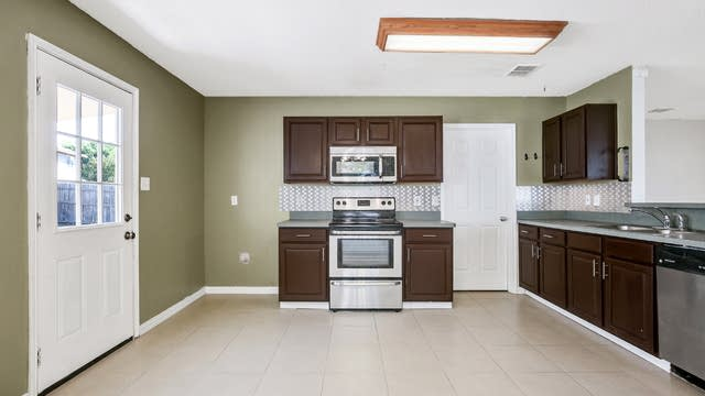 Photo 1 of 25 - 1028 Triple Crown Dr, Fort Worth, TX 76179