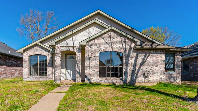 Photo 1 of 21 - 1407 Sandalwood Dr, Mesquite, TX 75181