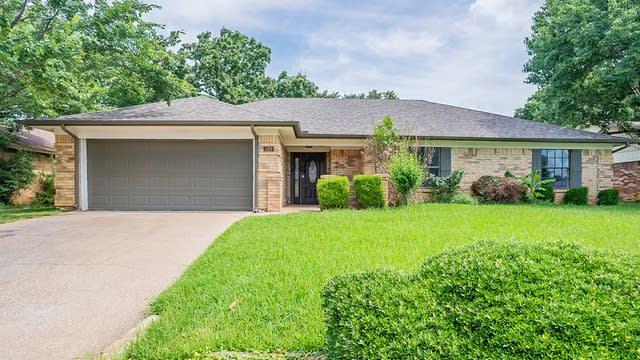Photo 1 of 28 - 629 Steeplechase Dr, Bedford, TX 76021