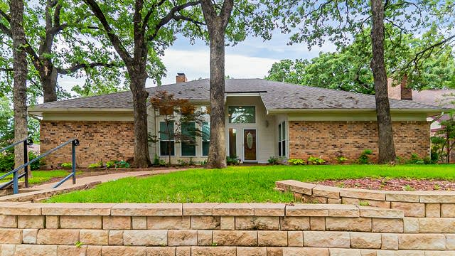 Photo 1 of 30 - 4004 Woodcastle Ct, Arlington, TX 76016