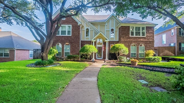 Photo 1 of 38 - 5116 Golden Ln, Fort Worth, TX 76123